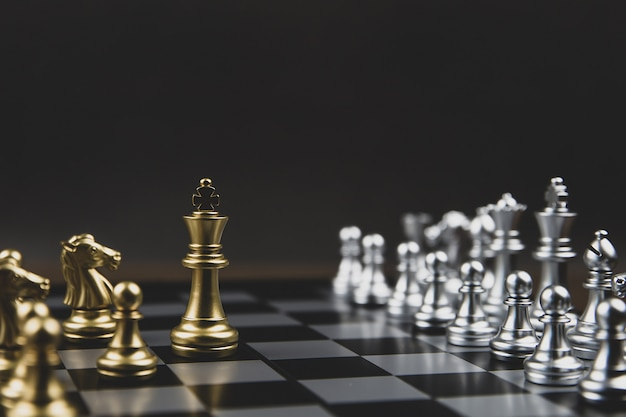 Koningsschaak dat uit de lijn kwam, concept van business strategisch plan en teamwork management.
