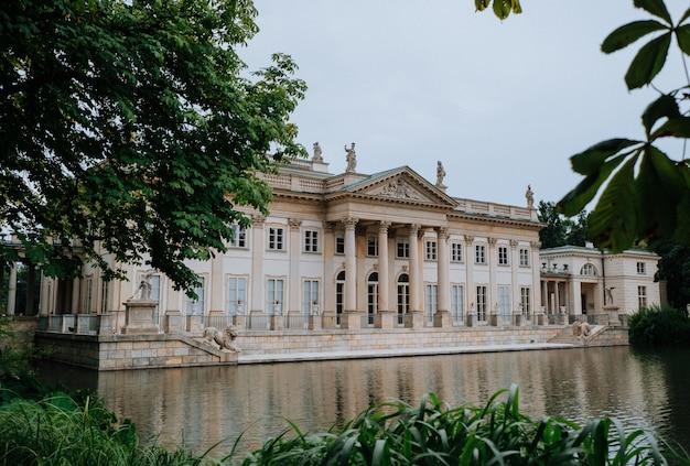 Koninklijk paleis aan het water in lazienki park, warschau