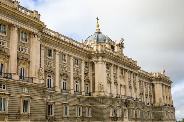 Koninklijk paleis van madrid, spanje op een sombere dag