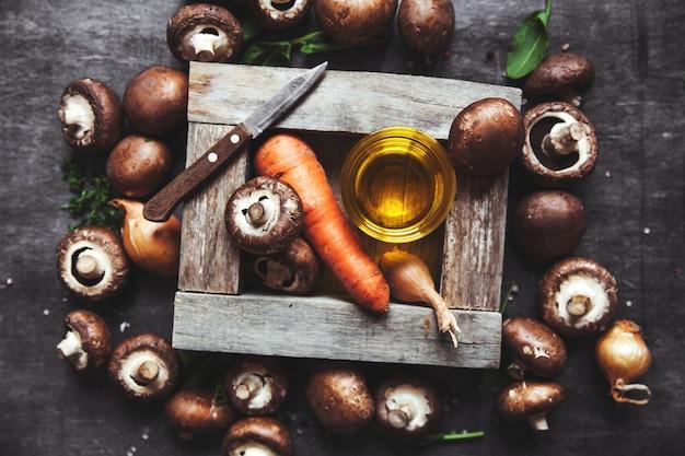 Koninklijke champignons in een koekenpan. gekookte gerechten.