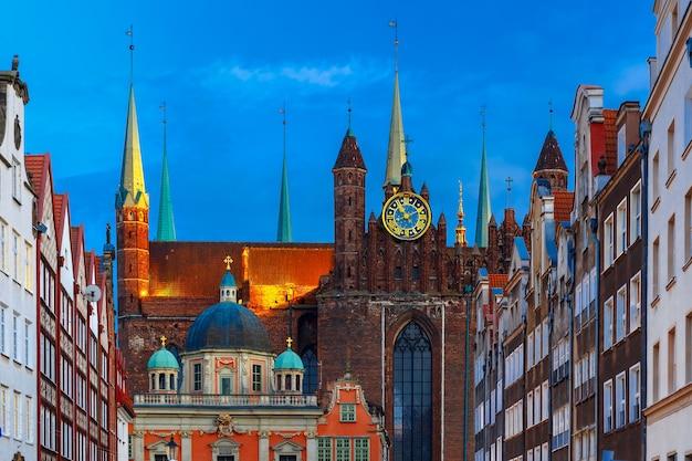 Koninklijke kapel van de poolse koning en basiliek van de hemelvaart van de heilige maagd maria in de belangrijkste stad van gdansk in de avond