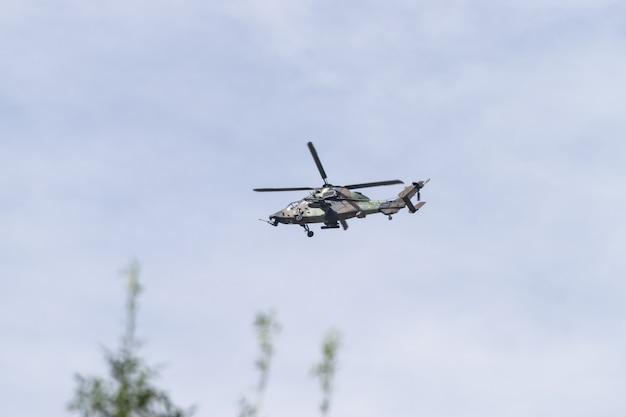 Konvooi van militaire helikopters van de spaanse strijdkrachten