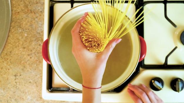 Kook de pasta in een pan. selectieve aandacht. natuur.