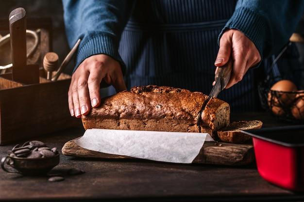 Kook het snijden van brood met mes