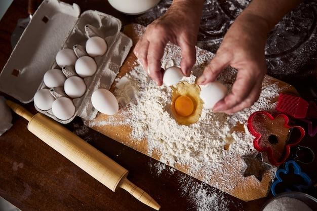 Kook het toevoegen van een ei volgens het recept