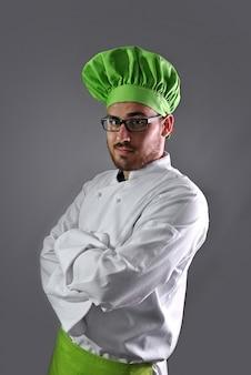 Kook met al zijn werkkleding en bestek voor de keuken