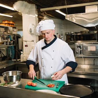 Kook met gekookt ei en snijd tomaten