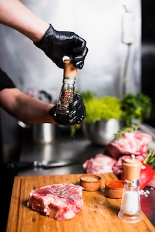 Kook vlees aan boord peperen