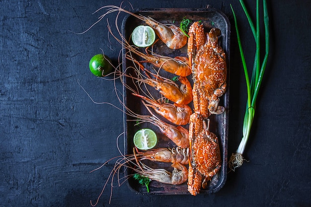 Kook zeevruchten met garnalen en krab op de tafel.
