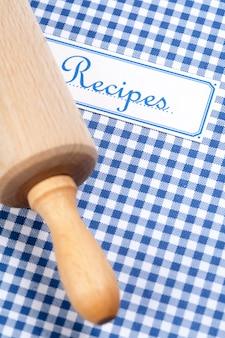 Kookboek en deegrol close-up
