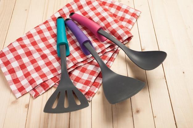 Kookgerei en accessoires op een houten tafel.