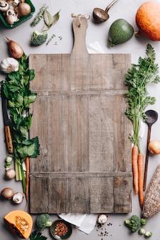 Kookpot en verschillende biologische ingrediënten, bovenaanzicht