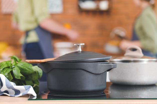 Kookpotten op fornuis in keuken
