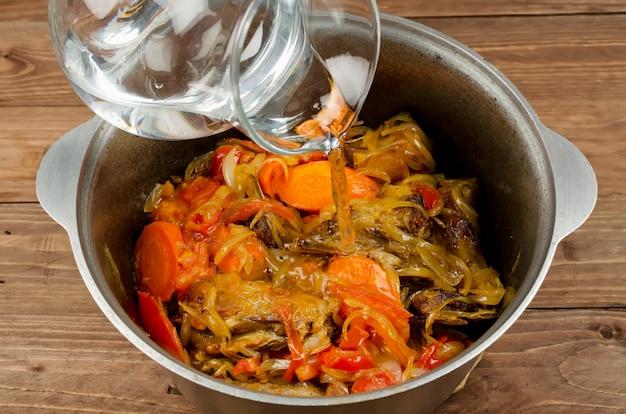 Kookstoofpot gestoofd met zacht lamsvlees, aardappelen en groenten