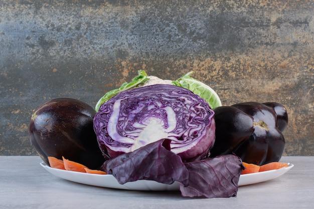 Kool, bloemkool, aubergines op witte plaat. hoge kwaliteit foto