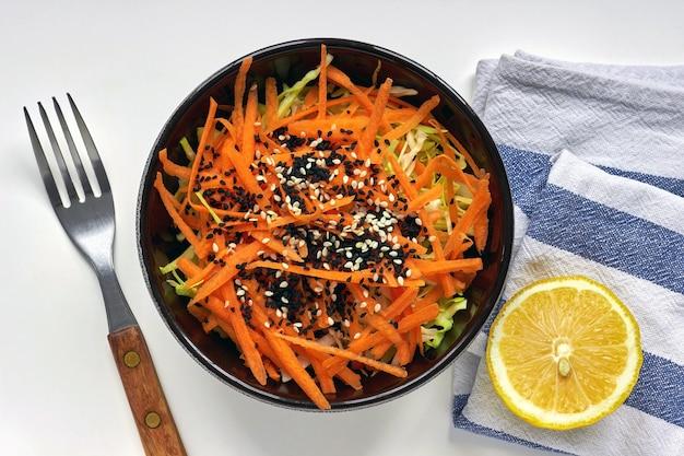 Kool- en wortelsalade met citroendressing en sesam- en zwarte komijnzaadjes