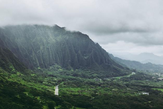Koolau-bergen in mistmening van het vooruitzicht van nuuanu pali op oahu, hawaï