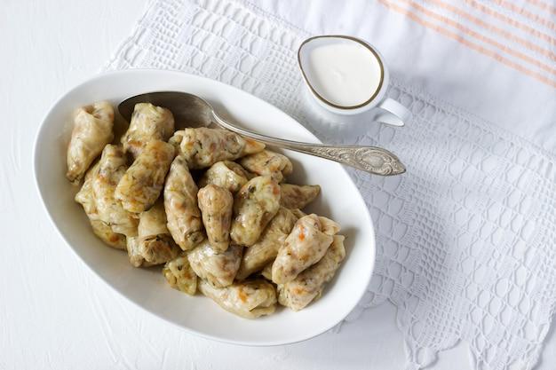 Koolbroodjes met vlees, rijst en groenten. dolma, sarma, sarmale, golubtsy of golabki.