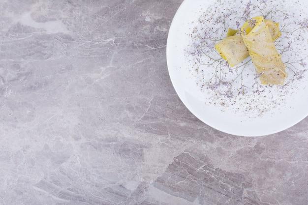 Koolomslag met vullingen in een witte plaat