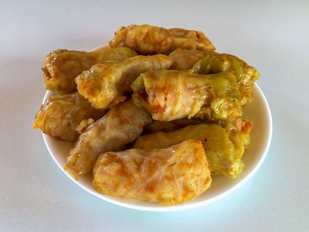 Koolrolletjes met vlees en rijst. gevulde koolbladeren met vlees. traditioneel en populair gerecht in oekraïne.
