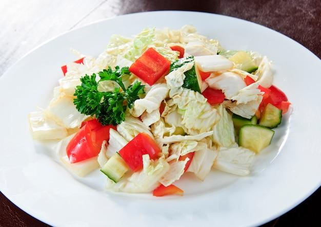 Koolsalade met wortel, dille, olijfolie en maanzaad