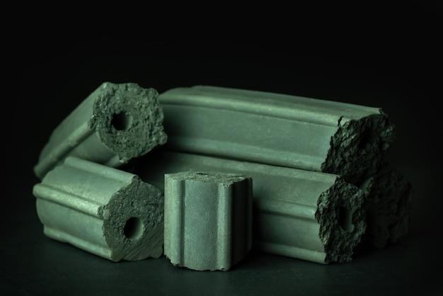 Koolstof geactiveerd. bamboe houtskool samengeperst om het donker te houden. heeft het vermogen om gifstoffen in het menselijk lichaam te absorberen. gezondheidszorg.