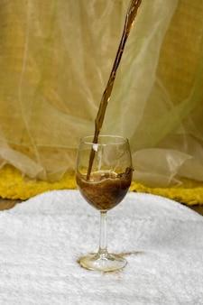 Koolzuurhoudende drank gegoten in een glas