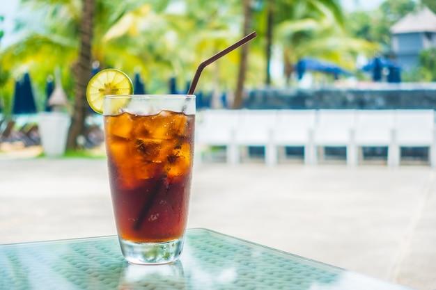 Koolzuurhoudende drank met ijs