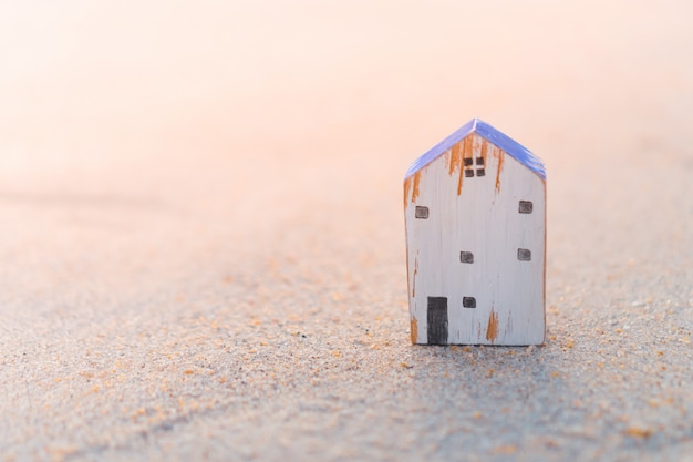 Koop het pictogramscherm op het model van een huisje met een groene achtergrond. droomleven concept.