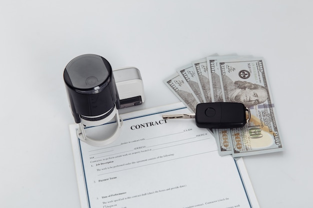 Koopcontract voor een auto met geld, stempels en autosleutels