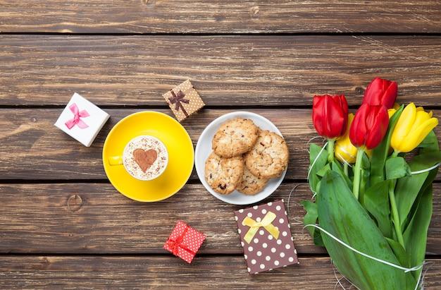 Kop cappuccino's met hartvorm en koekjes