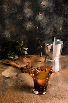 Kop die koffie morst die plons veroorzaakt. koffie-explosie. koffie concept