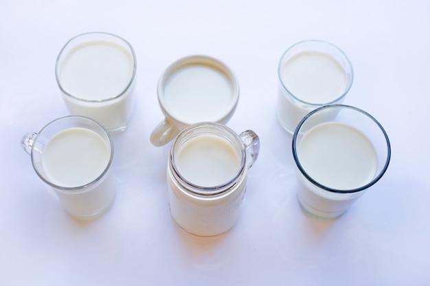 Kop en glas melk op witte achtergrond