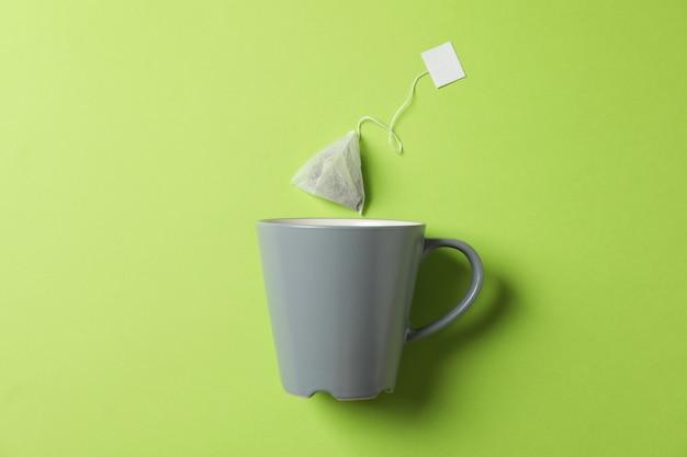Kop en theezakje op groen, exemplaarruimte