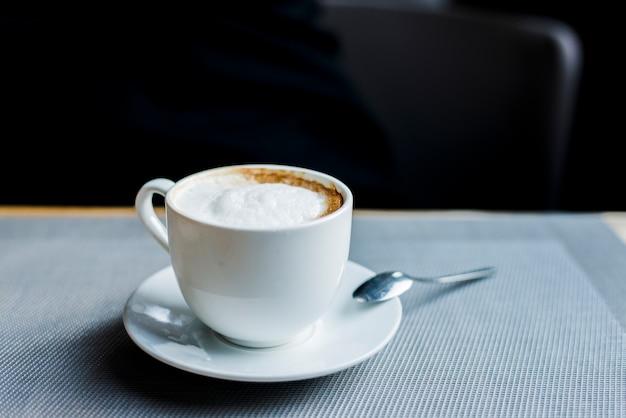 Kop heerlijke koffie op bureau in caf�