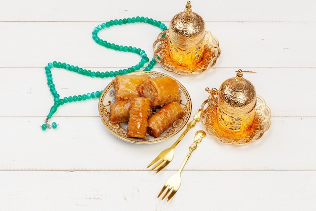 Kop hete thee en een bord met turkse desserts