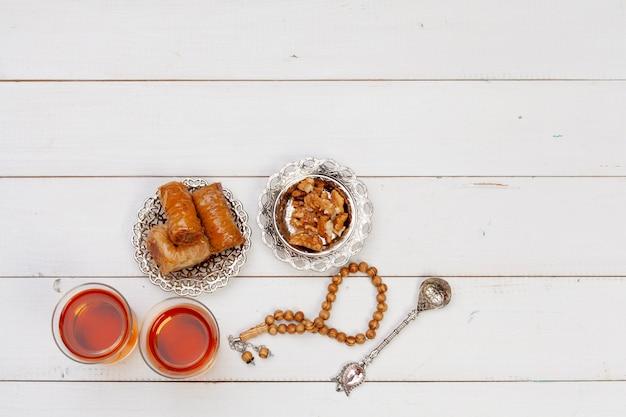 Kop hete thee en een plaat van turkse desserts
