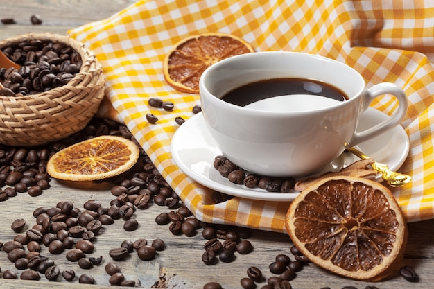 Kop koffie en koffiebonen op lijst
