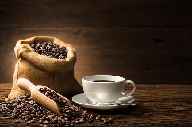 Kop koffie en koffiebonen op oude houten achtergrond