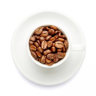 Kop koffiebonen op witte achtergrond