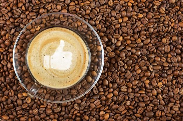 Kop met espresso met koffiebonen. bovenaanzicht