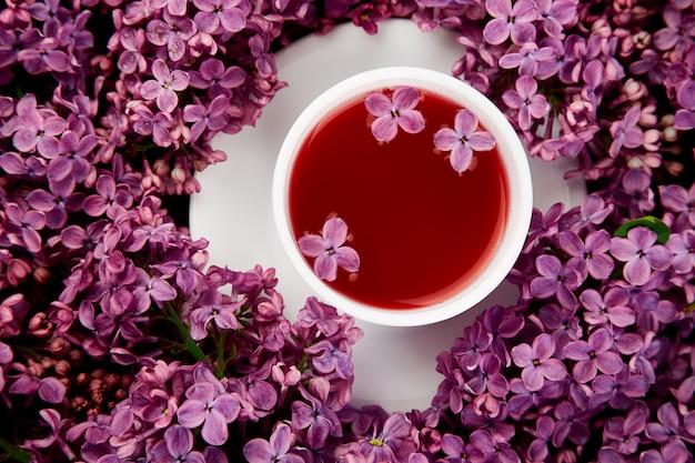 Kop thee en boeket sering