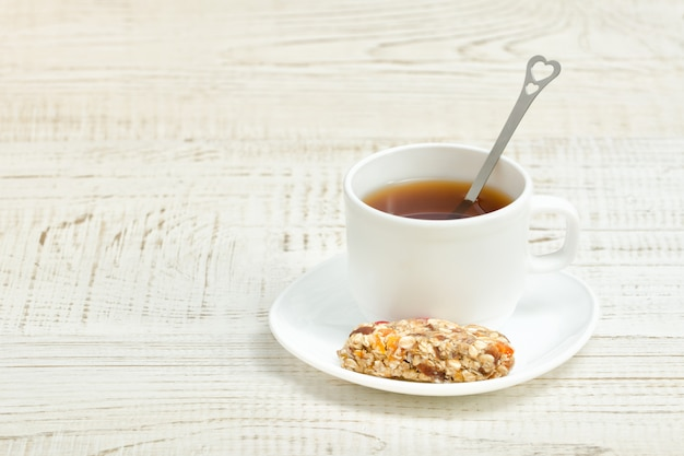 Kop thee en een reep muesli.