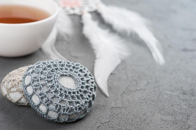 Kop thee en gehaakte kiezelstenen