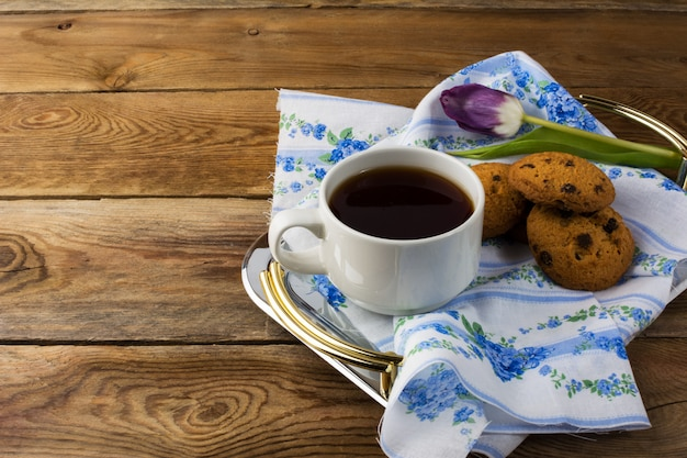 Kop thee en koekjes op theedienblad