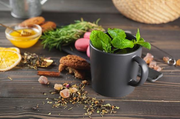 Kop thee met citroen en honing op houten.