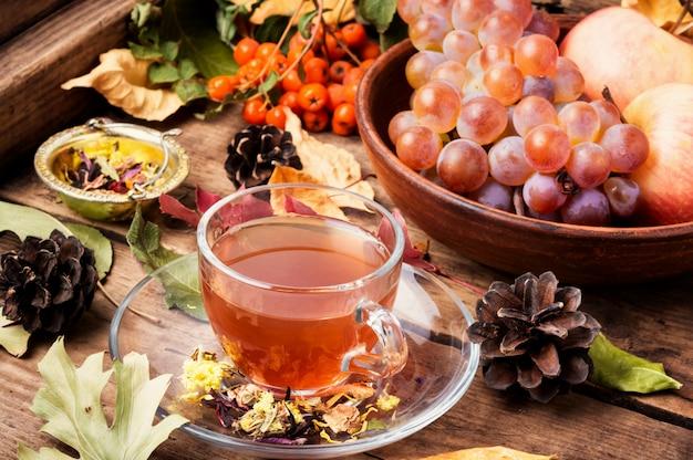 Kop thee met de herfstbladeren