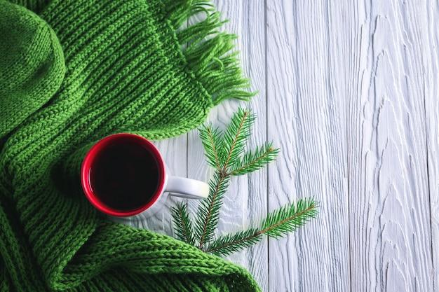 Kop thee met een achtergrond van sjaalkerstmis