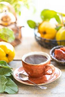 Kop thee met eigengemaakte kweepeerjam