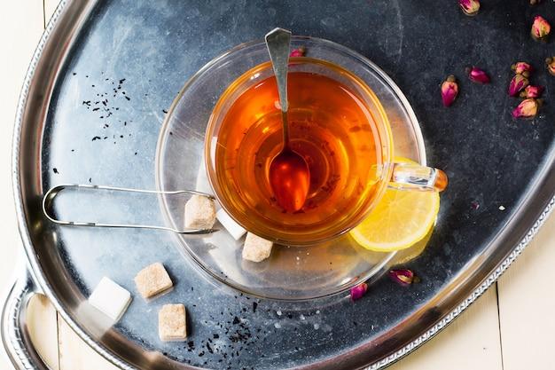 Kop thee met suiker en citroen